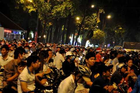 Đến hơn 23h đêm, nhiều người vẫn chưa có ý định ra về.