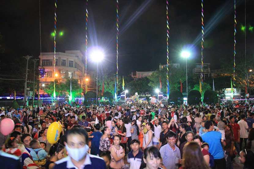 Hàng ngàn người dân Bình Định kéo về nhà thờ lớn để đón Giáng sinh (Ảnh: Dân Việt)