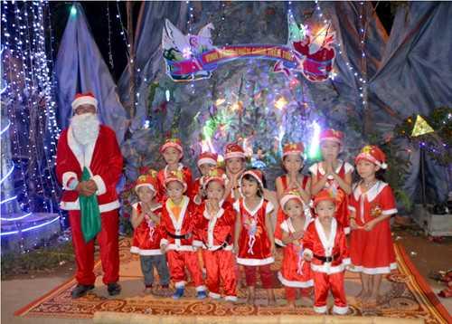 Nhiều em nhỏ xúng xinh trong bộ đồ ông già tuyết (Ảnh: Phạm Đức/TNO)