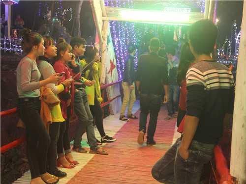 Nhiều bạn trẻ tập trung về linh địa Trại Gáo để vui chơi, chụp ảnh (Ảnh: Phạm Đức/TNO)