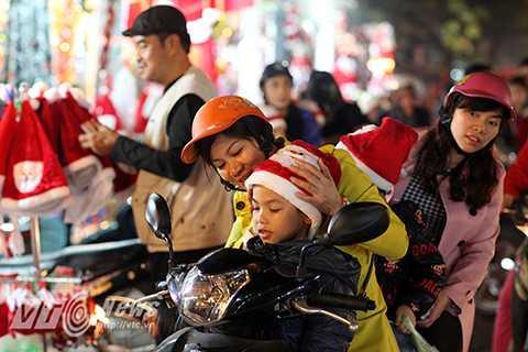 Các em nhỏ háo hức khi được cha mẹ dẫn đi chơi trong đêm Noel