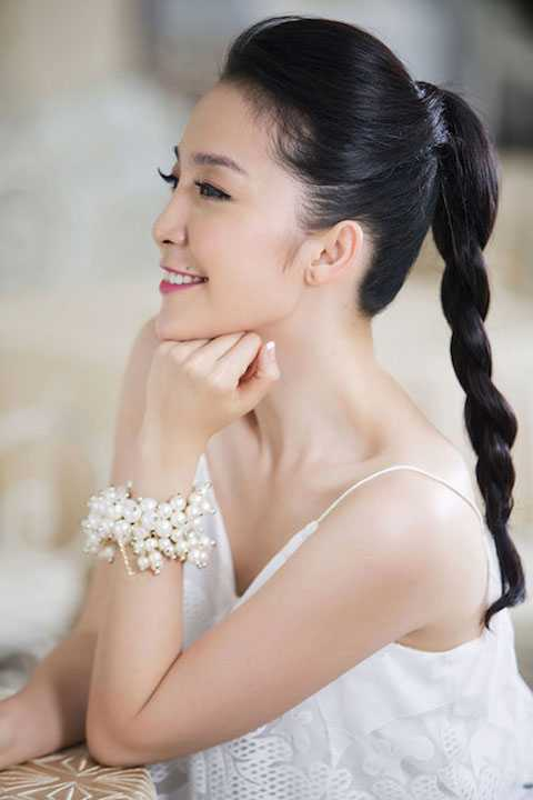 Linh Nga kiêu kỳ với mái tóc xoắn thừng duyên dáng.