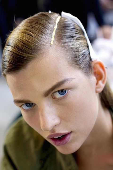Trên sàn catwalk, rất nhiều show diễn cho người mẫu rẽ ngôi và bôi kim tuyến lấp lánh.