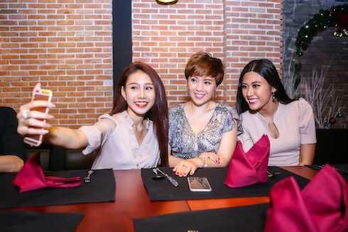 Hotgirl Vy Timy tự sướng cùng DV Tracy Quỳnh Anh và người  đẹp Ngô Trúc Linh.