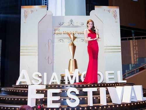 Giải Nữ hoàng bikini châu Á của Ngọc Trinh thực tế chỉ là một giải nhỏ mang tính chất lưu niệm.