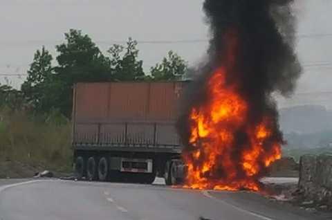 Đầu xe container bốc cháy dữ dội - Ảnh FB
