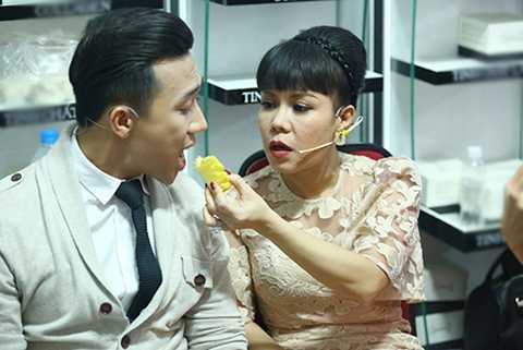 Trong hậu trường chương trình, nữ danh hài Việt Hương đã tận tình chăm sóc cho