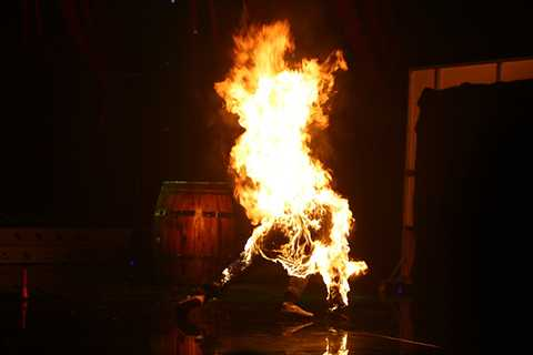 Màn biểu diễn đốt người thật ngay trên sân khấu khiến ban giám khảo và nhiều khán giả lo lắng, hoảng sợ.