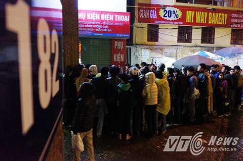 Hàng trăm người xếp hàng chờ tới lượt tiêm chủng cho con tại phòng tiêm chủng số 182 đường Lương Thế Vinh (Thanh Xuân, Hà Nội)