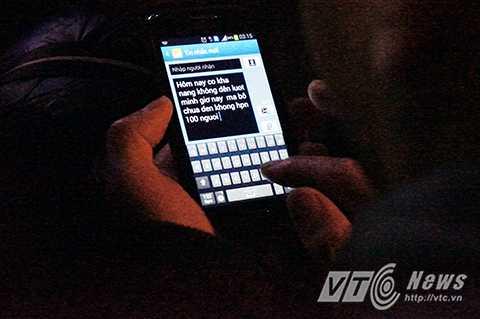 Bác Quang nhắn tin cho con trai thông báo vì đến muộn nên chưa chắc hôm nay đã tiêm chủng cho cháu được.