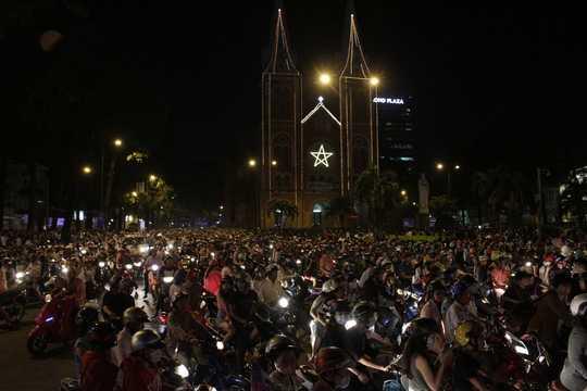Tối 24/12, hàng vạn người đã đổ về khu vực trung tâm thành phố tại Nhà thờ Đức Bà và phố đi bộ Nguyễn Huệ để đón Noel.
