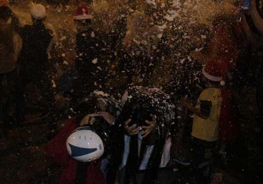 Hai cô gái phải cúi người, ôm mặt khi bị xịt tuyết vào mặt. Chị Lan Anh (sinh viên trường ĐH KHXH&NV) bức xúc: