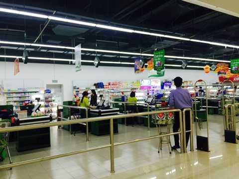 Khu vực siêu thị V+ dưới tầng hầm hàng hóa phong phú nhưng cũng khá vắng khách