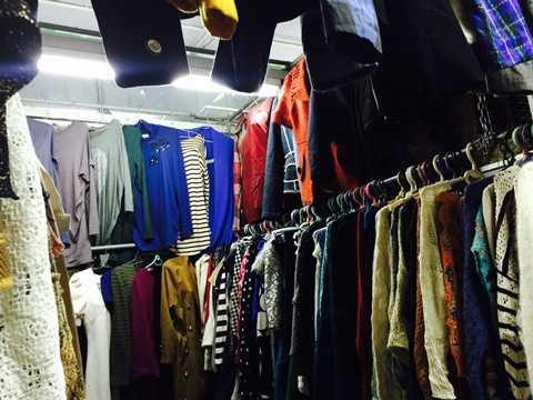Các gian hàng thời trang tầng 2 gần như không có khách mua