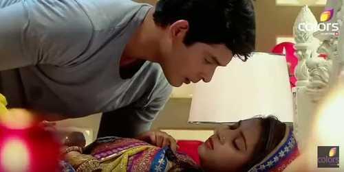 Pratyusha Banerjee trong một cảnh quay tình   cảm với bạn diễn điển trai vai Shiv. Dù cả Anandi và Shiv đều xác nhận   tình cảm của hai người nhưng Shiv không dám làm gì khi chưa được cho   phép.