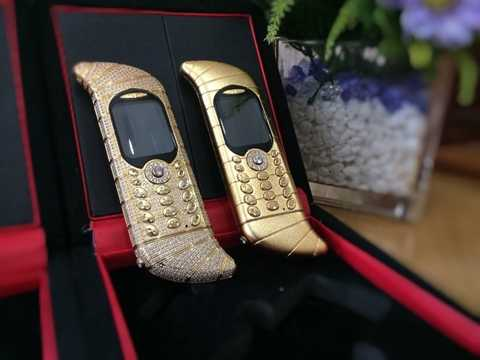 GoldVish Le Million - 1,45 triệu. Kim cương 120 cara, vàng 18 cara chưa thể nâng mức giá của chiếc điện thoại này lên mức 1,45 triệu USD và nhà sản xuất GoldVish của Thụy Sĩ đã quyết định tặng thêm cả những thiết kế từ bạch kim cho thêm phần lấp lánh