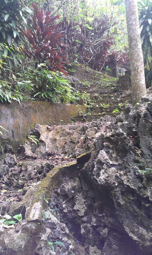 Để có lối đi vào được khu lăng mộ, ông Đức đã thuê 30 người đục đẽo đá trong nhiều năm trời.