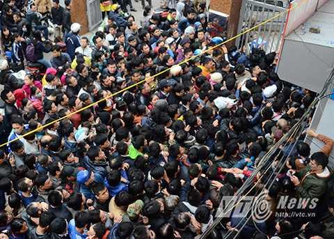 Hàng trăm phụ huynh xếp hàng lấy số tiêm Pentaxim. Ảnh: Việt Linh