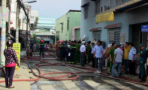 Nhiều người dân đứng xem lực lượng chức năng khống chế đám cháy.