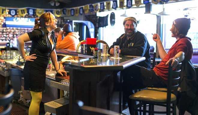 Sinh viên vừa tốt nghiệp sẵn sàng làm việc bán thời gian như phục vụ tại quán rượu chờ tìm việc đúng chuyên ngành. Ảnh: The New York Times.