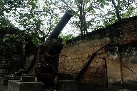 Khẩu pháo do Pháp sản xuất được đặt ngay cổng thành phía Nam.
