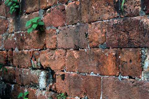 Tường thành được xây bằng gạch vồ, cao 4 m.