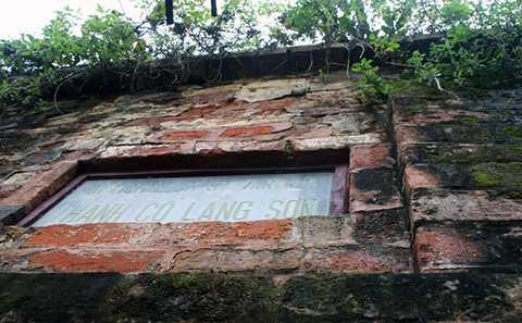 Trên đỉnh tường thành gạch được xây chìa ra hai bên, mỗi bên 0,1 m tạo thành mái bảo vệ tường thành bền vững.