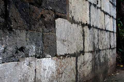 Móng và chân thành được xây bằng đá vôi màu xanh, các phiến đá được gọt vuông thành sắc cạnh.