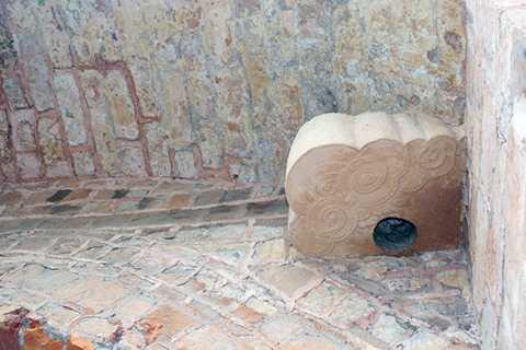 Vết tích của cổng thành cho thấy, bản lề được tạo bởi một lỗ ở dưới chân và bên trên đục vào phiến đá lớn, có hoa văn làn mây công phu.