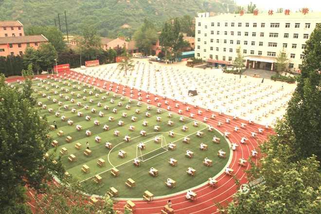 Ngày 2/5/2015, hàng nghìn sinh viên Trung cấp Y ở thành phố Bảo Kê, tỉnh Thiểm Tây, Trung Quốc, thi tốt nghiệp trên sân trường rộng hơn 600 m2. Nhà trường tổ chức thi tập thể để học sinh cảm nhận được tính nghiêm túc của thi cử và hạn chế gian lận. Ảnh: CFP.