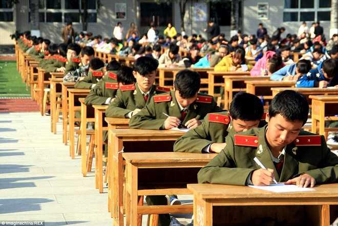Đây là hình thức thi đặc biệt và được nhiều trường áp dụng. Tháng   11/2014, hơn 3.800 sinh viên Cao đẳng Tam Hà ở tỉnh Thiểm Tây cũng hoàn   thành bài thi cuối kỳ trên sân trường dưới sự giám sát của 80 giám thị   được trang bị ống nhòm và hệ thống camera HD. Ảnh:REX.
