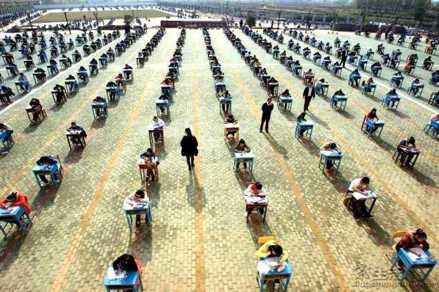 Biện pháp này không chỉ được áp dụng với sinh viên cao đẳng, đại học. Năm 2011, hiệu trưởng một trường trung học cơ sở ở thành phố Vũ Hán, tỉnh Hồ Bắc, quyết định cho toàn bộ học sinh ngồi trên sân trường làm bài thi để đảm bảo tính công bằng, nghiêm túc. Tuy nhiên, điều kiện thời tiết cũng ảnh hưởng sức khỏe và kết quả làm bài. Ảnh: Today I Learned.