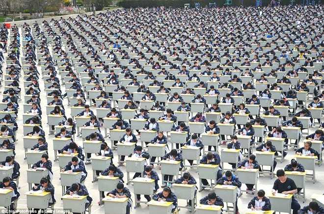 Tháng 4/2015, học sinh trường Trung học Nghi Xuyên, tỉnh Thiểm Tây, cũng làm bài thi trên sân trường. Tuy nhiên, điểm khác biệt lớn nhất là họ phải tự tổ chức kỳ thi. Đại diện nhà trường cho biết, nguyên nhân chính là trường thiếu phòng học. Đây cũng là cách để tránh gian lận, đồng thời kiểm tra khả năng tổ chức, lên kế hoạch của học sinh. Ảnh: Getty Images.