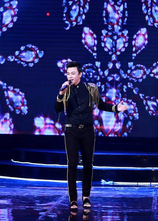 Trang phục biểu diễn của Phan Anh thường khá cầu kỳ, anh ưa chuộng các loại trang phục có đính ngù vai, được thêu hoặc in họa tiết lạ mắt, nhiều bộ vest đó đính lông vũ...