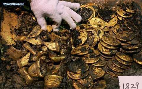 """Phát hiện thêm 96 """"bánh vàng"""" tại cổ mộ 2.000 năm tuổi,"""