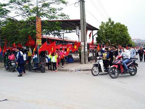 Các học sinh tham gia việc phản đối xây trung tâm thương mại ở xã Ninh Hiệp