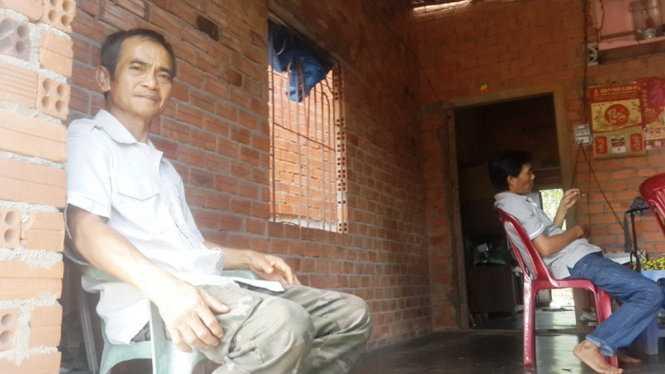 Ông Huỳnh Văn Nén với căn nhà chưa được tô tường của gia đình mình. Ông Nén nói ông muốn sửa sang lại ngôi nhà vì mưa bị tạt nước, còn trời nắng thì nóng hầm hập trên mái tôn phả xuống - Ảnh: NGUYỄN NAM