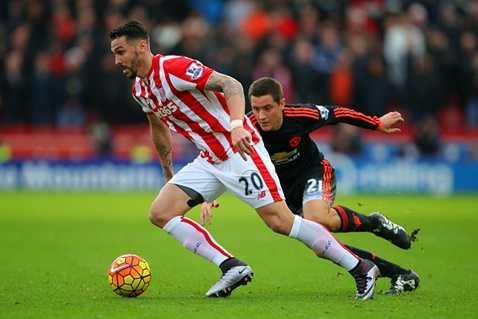 Herrera vất vả theo kèm các cầu thủ Stoke