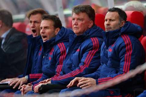 Van Gaal thất thần trên băng ghế huấn luyện