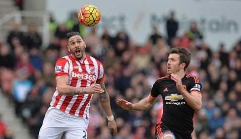 Carrick thay Rooney đeo băng thủ quân MU trận này