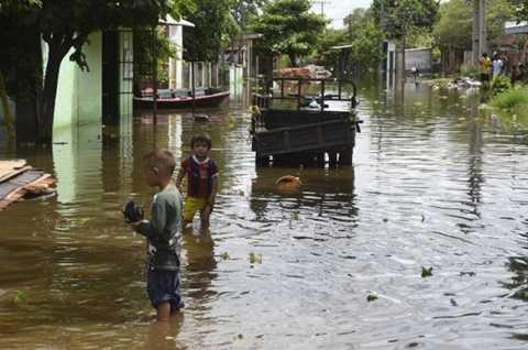 Cảnh ngập lụt ở thị trấn Falcon, gần biên giới Paragoay - Argentina - Ảnh: AFP