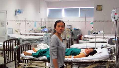 Nạn nhân Lê Thị Thanh Trúc (chủ nhà nghỉ, dịch vụ cầm đồ), một trong hai nạn nhân bị đâm, đang được điều trị tích cực tại bệnh viện - Ảnh: M.Trân