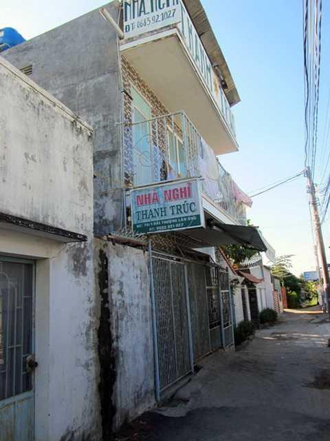 Hiện trường nhà nghỉ Thanh Trúc, nơi xảy ra vụ nghi cướp của đâm hai người vào tối 26/12 - Ảnh: M.Trân