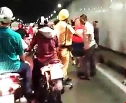 CSGT Bến Thành đến khuyên giải, giải tán đám đông. Ảnh chụp video clip