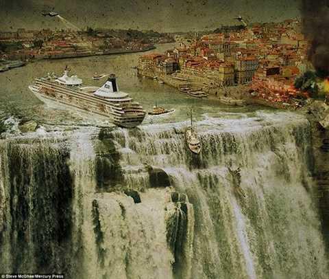 Một con tàu du lịch sắp sửa rơi xuống từ trên thác nước cuồn cuộn