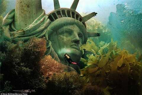 Phần đầu của bức tượng Nữ thần Tự Do ngập chìm trong nước