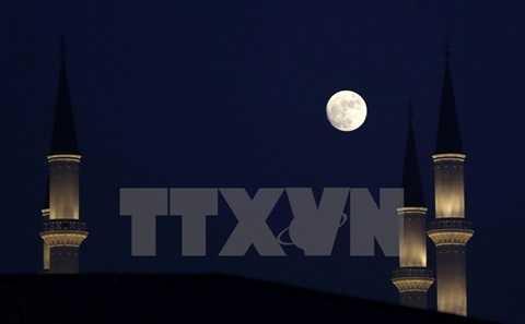 Cơ quan hàng không vũ trụ Mỹ (NASA) cho biết nhiều quốc gia trên thế giới đêm 24 hoặc 25/12 đã được chứng kiến hiện tượng trăng tròn vào đúng ngày Lễ Giáng sinh. Hiện tượng trăng tròn vào tháng 12 còn được gọi là 'trăng lạnh' vì xảy ra vào tháng lạnh nhất năm. Trăng tròn vào đêm Giáng sinh 24/12 ở Ankara, Thổ Nhĩ Kỳ. (Nguồn: AFP/TTXVN)