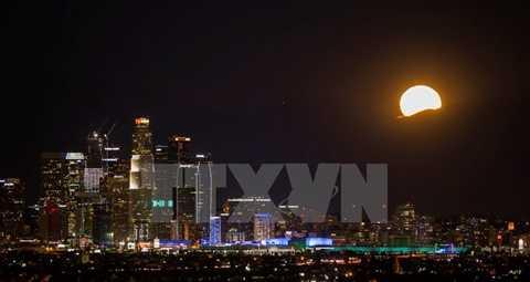 Đây là lần đầu tiên trong vòng 38 năm qua, 'trăng lạnh' mới xuất hiện vào đúng dịp Giáng sinh. Trăng tròn vào dịp Giáng sinh đêm 25/12 ở Los Angeles (Mỹ). (Nguồn: THX/TTXVN)