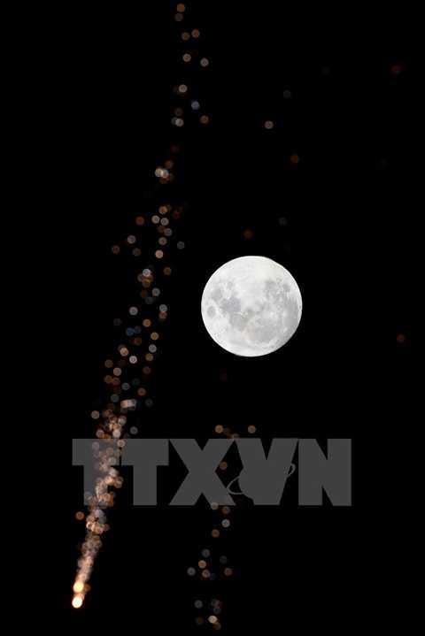 Lần xuất hiện cuối cùng của hiện tượng thiên nhiên này là vào 25/12/1977 và theo các nhà khoa học, phải đến năm 2034 thế giới mới được chiêm ngưỡng 'trăng lạnh' vào đúng đêm Giáng sinh. Trăng tròn vào đêm Giáng sinh 24/12 ở Montevideo, Uruguay. (Nguồn: THX/TTXVN)