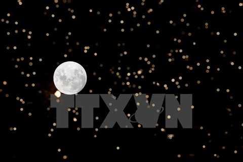 Trăng tròn vào đêm Giáng sinh 24/12 ở Montevideo, Uruguay. (Nguồn: THX/TTXVN)